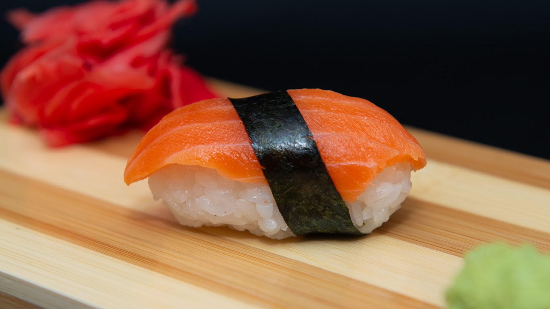 Суши со свежим лососем