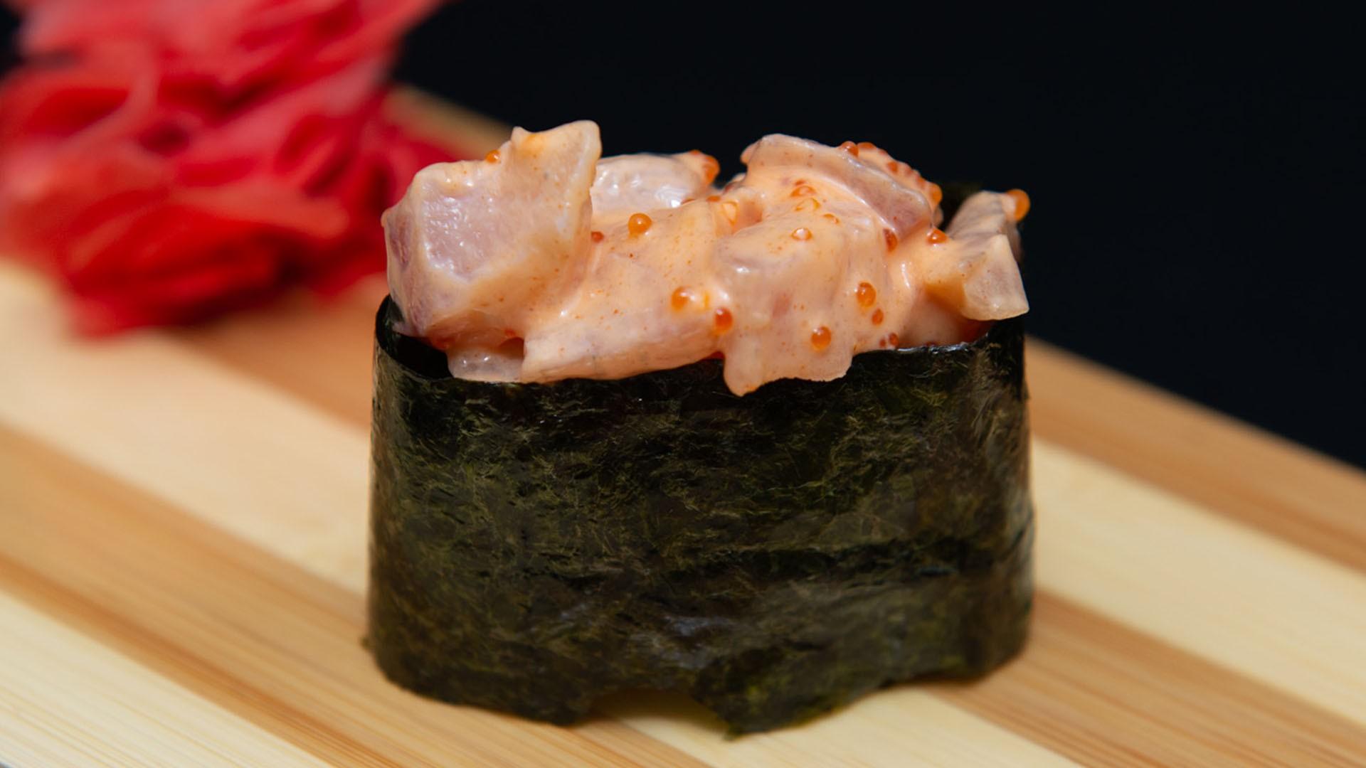 Спайс суши с морским окунем