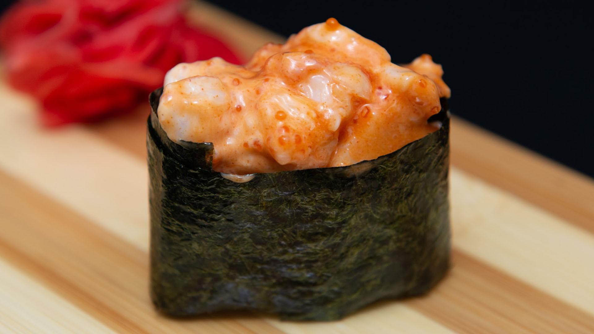 Спайс суши со свежим лососем