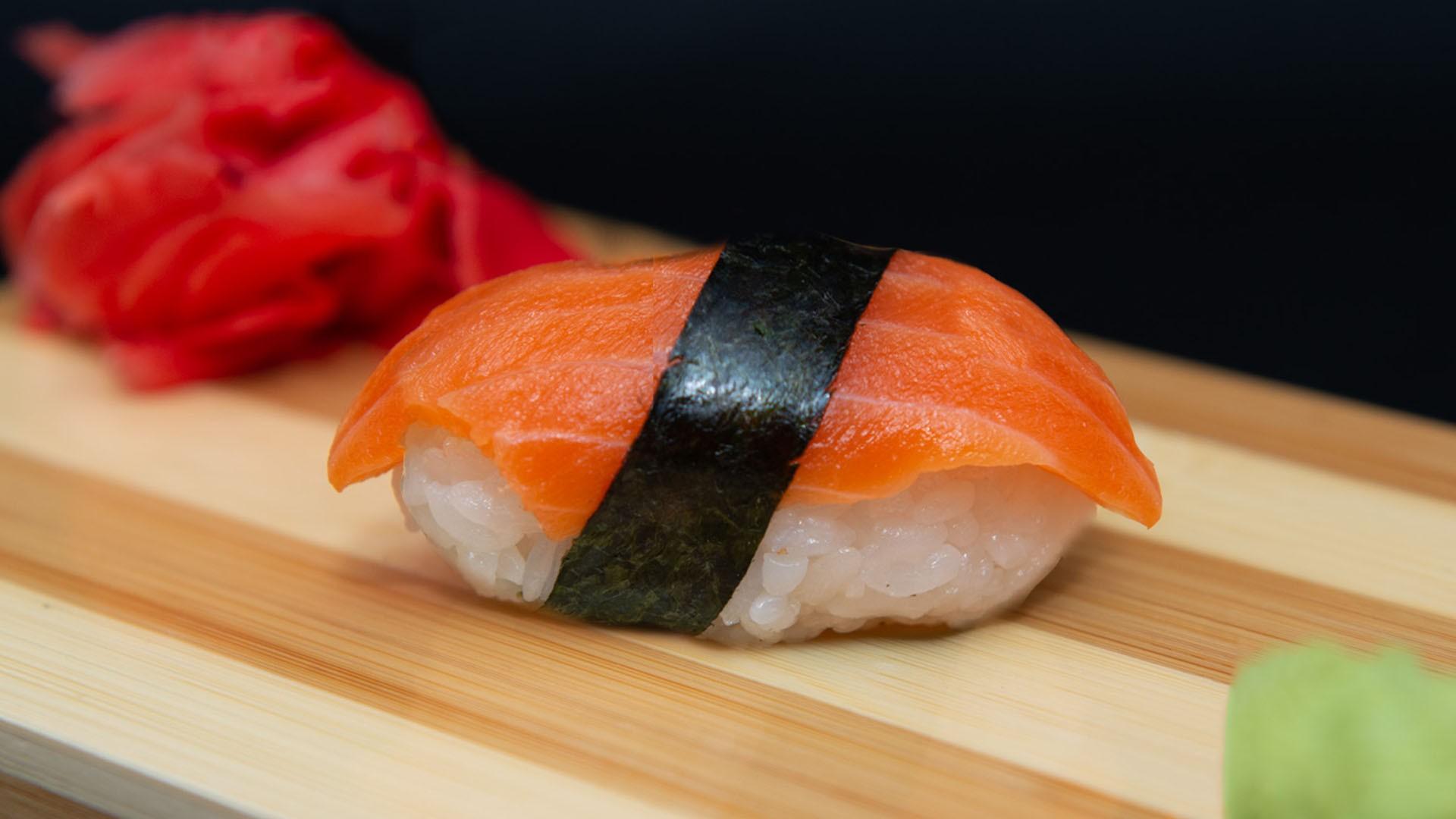 Суши со слабосоленым лососем